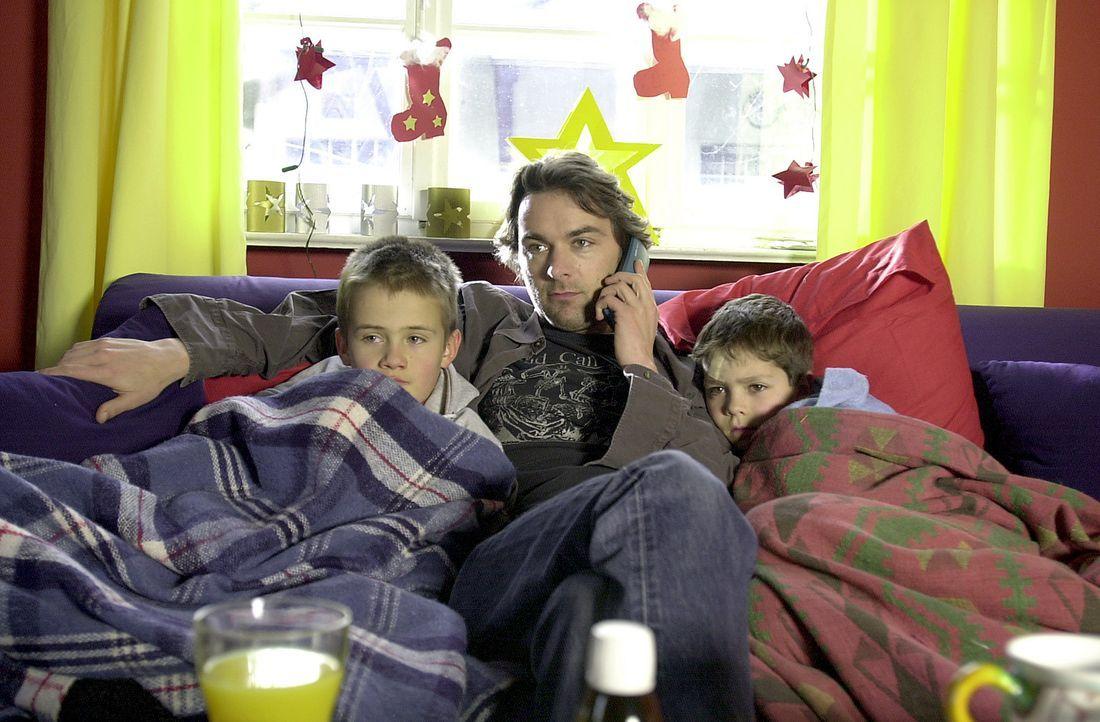 Der attraktive Künstler Tom (Alexander Lutz, M.) findet Unterschlupf bei seiner Schwester und deren Söhne Fabian (Paul Tietz, r.) und Tobias (Konrad... - Bildquelle: Thomas Schumann/s.e.t. ProSieben