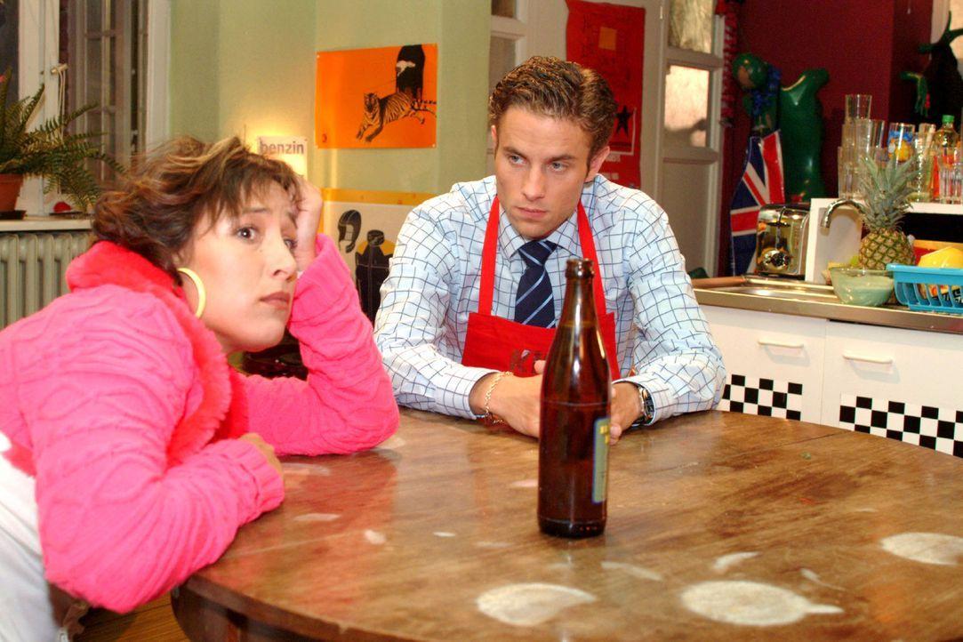 Yvonne (Bärbel Schleker, l.) stellt die Beziehung zu Max (Alexander Sternberg, r.) in Frage. - Bildquelle: Monika Schürle Sat.1