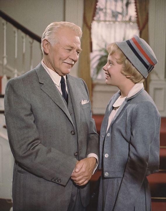 Noch weiß Susies (Hayley Mills, r.) Großvater (Charles Ruggles, l.) nicht, dass das Mädchen nicht die Enkelin ist, die seit 13 Jahren in seinem Haus... - Bildquelle: Walt Disney Company.  All Rights Reserved.