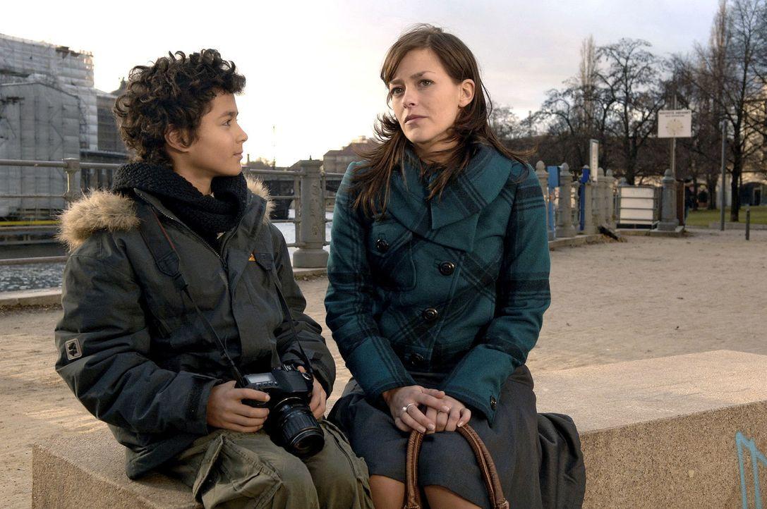 Julia (Janina Flieger, r.) eröffnet Max (Miles Lawson, l.), dass ihre Mission in Berlin beendet ist und sie nach Hause fahren. - Bildquelle: Claudius Pflug Sat.1