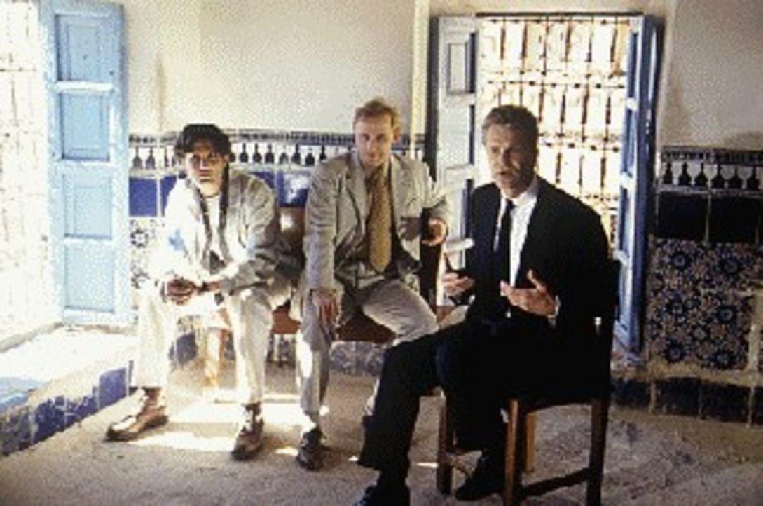 Thomas Bosch (Peter Sattmann, r.) ist mit seinen beiden marokkanischen Kollegen auf der Suche nach dem spurlos verschwundenen Felix Kanter. Sollte K... - Bildquelle: Boehme Sat.1
