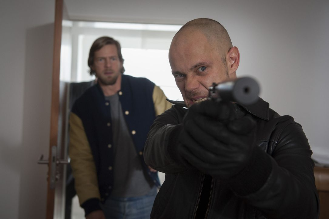 Um sich an Meisner zu rächen, entführt Horst Wollny (Antonio Wannek, r.) Isa, doch er hat nicht mit Mick (Henning Baum, l.) gerechnet ... - Bildquelle: Martin Rottenkolber SAT.1