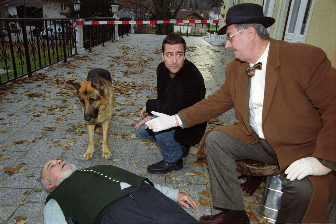 Marc (Alexander Pschill, M.), Dr. Graf (Gerhard Zemann, r.) und Rex treffen am Tatort ein. Bruno Walter (Heinrich Schweiger, l.) ist in einem Altenh... - Bildquelle: Ali Schafler Sat.1