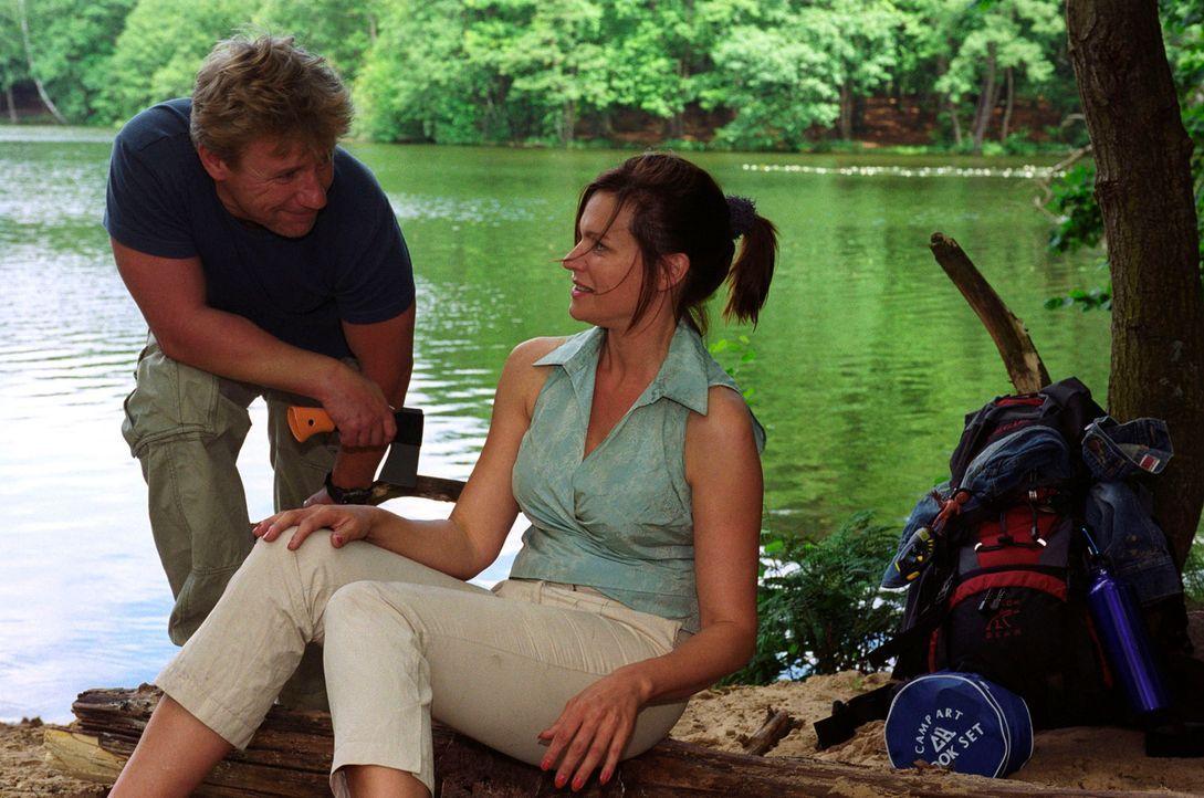 Michaela (Nina Kronjäger, r.) und Tom (Jörg Schüttauf, l.) kommen sich langsam näher ... - Bildquelle: Oliver Ziebe Sat.1