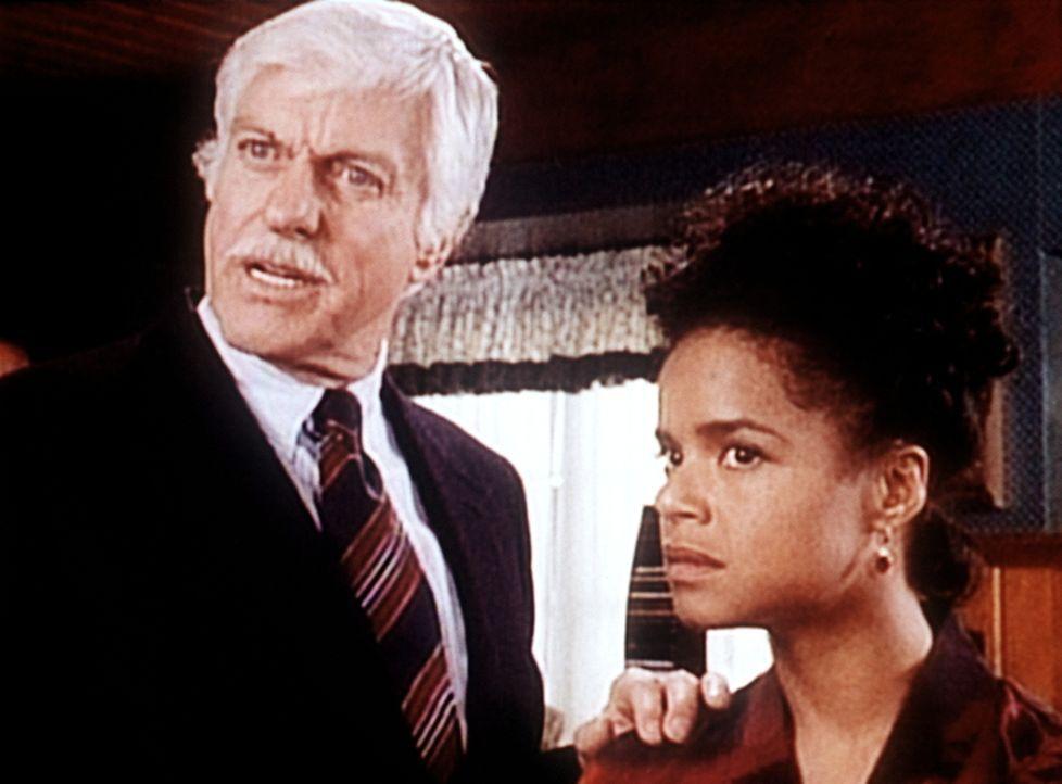 Dr. Sloan (Dick Van Dyke, l.) recherchiert zusammen mit Amanda (Victoria Rowell, r.) an dem Mord von Nancy Barlow. - Bildquelle: Viacom