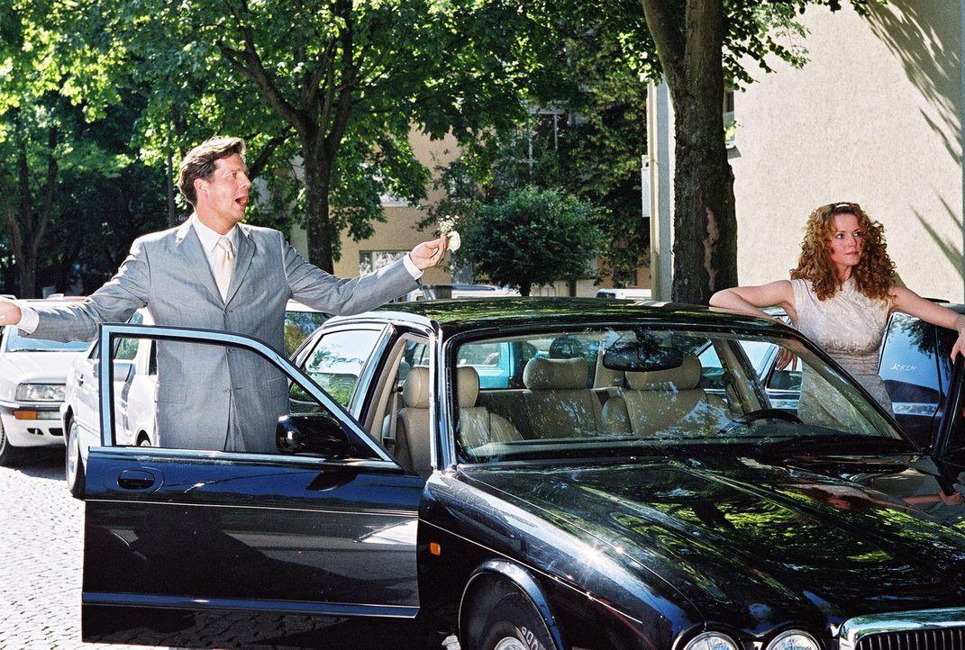Daphne (Esther Schweins, r.) und Tom (Thomas Heinze, l.) streiten sich kurz vor dem Autocrash, der sie zu Engeln macht. - Bildquelle: Erika Hauri Sat.1