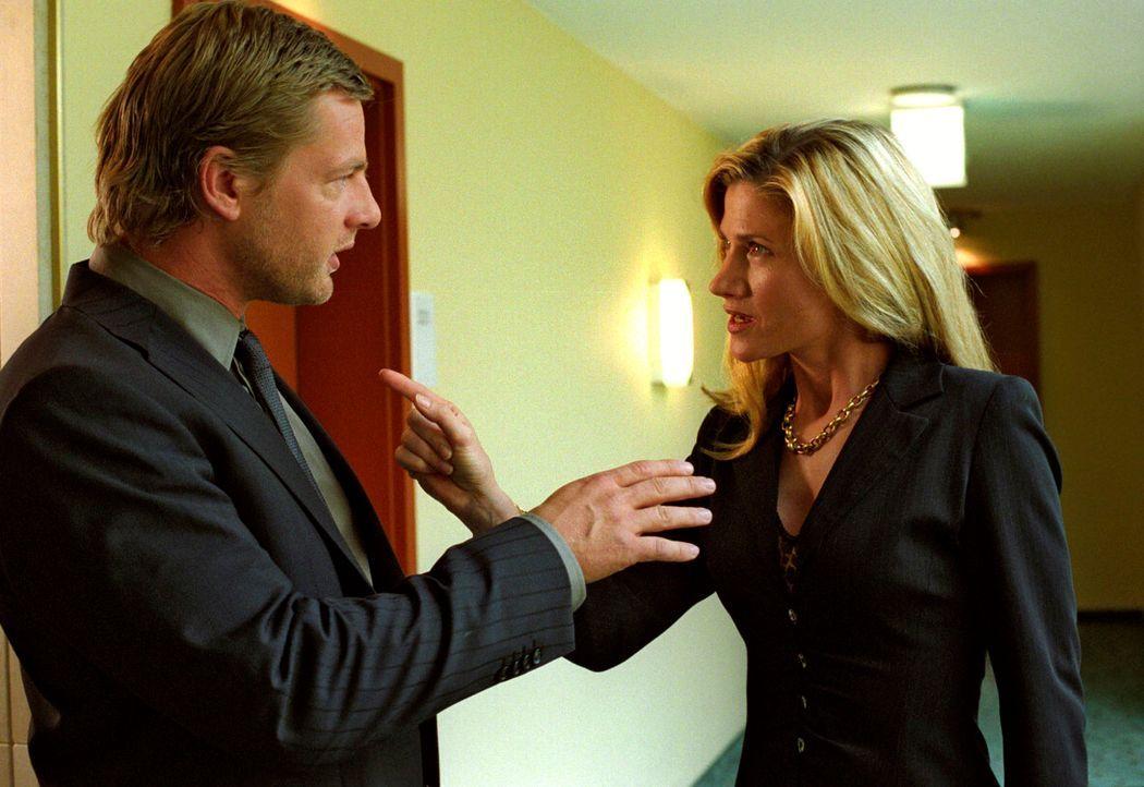 Leo (Henning Baum, l.) gerät in Gefahr, als Jessica Meissen (Astrid M. Fünderich, r.) sein Spiel zu durchschauen scheint. - Bildquelle: Christian A. Rieger Sat.1