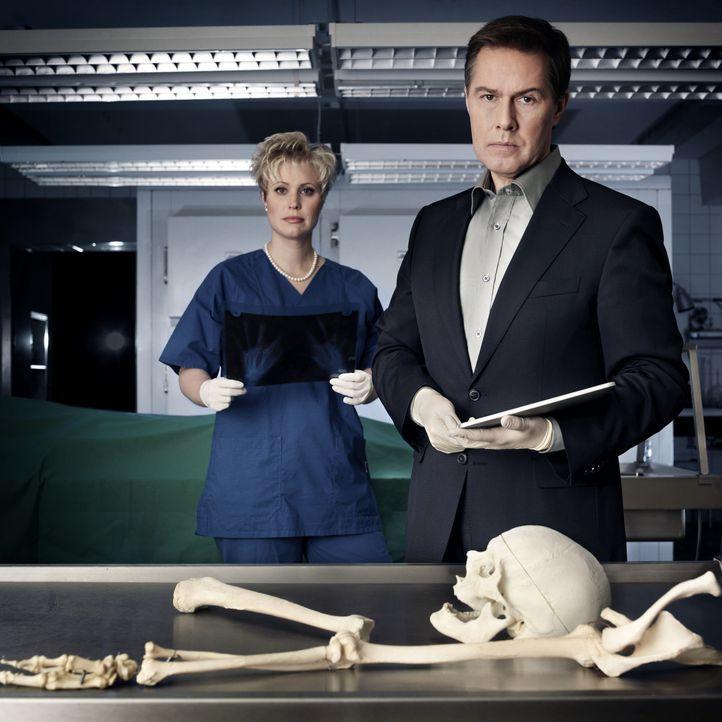 In der Gerichtsmedizin: Dr. Saskia Guddat (r.) und Ulrich Meyer (l.) - Bildquelle: Arne Weychardt SAT.1