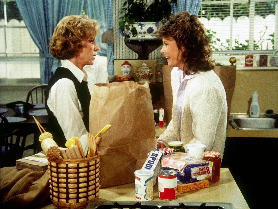 Dotty (Beverly Garland, l.) ahnt nicht, dass zwei Agentenringe hinter ihr her sind. Amanda (Kate Jackson, r.) versucht, die Gefahr vor ihrer Mutter... - Bildquelle: CBS Television