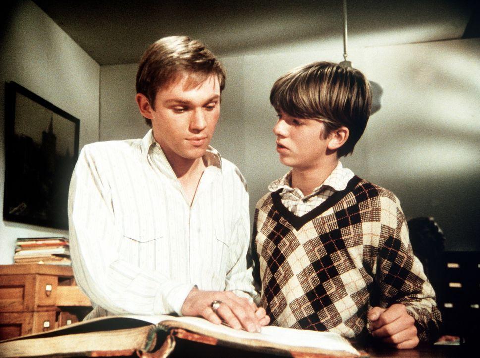 Jim Bob (David Harper, r.) zeigt seinem Bruder John-Boy (Richard Thomas, l.) eine unglaubliche Entdeckung: Er hatte einen Zwillingsbruder, der aber... - Bildquelle: WARNER BROS. INTERNATIONAL TELEVISION