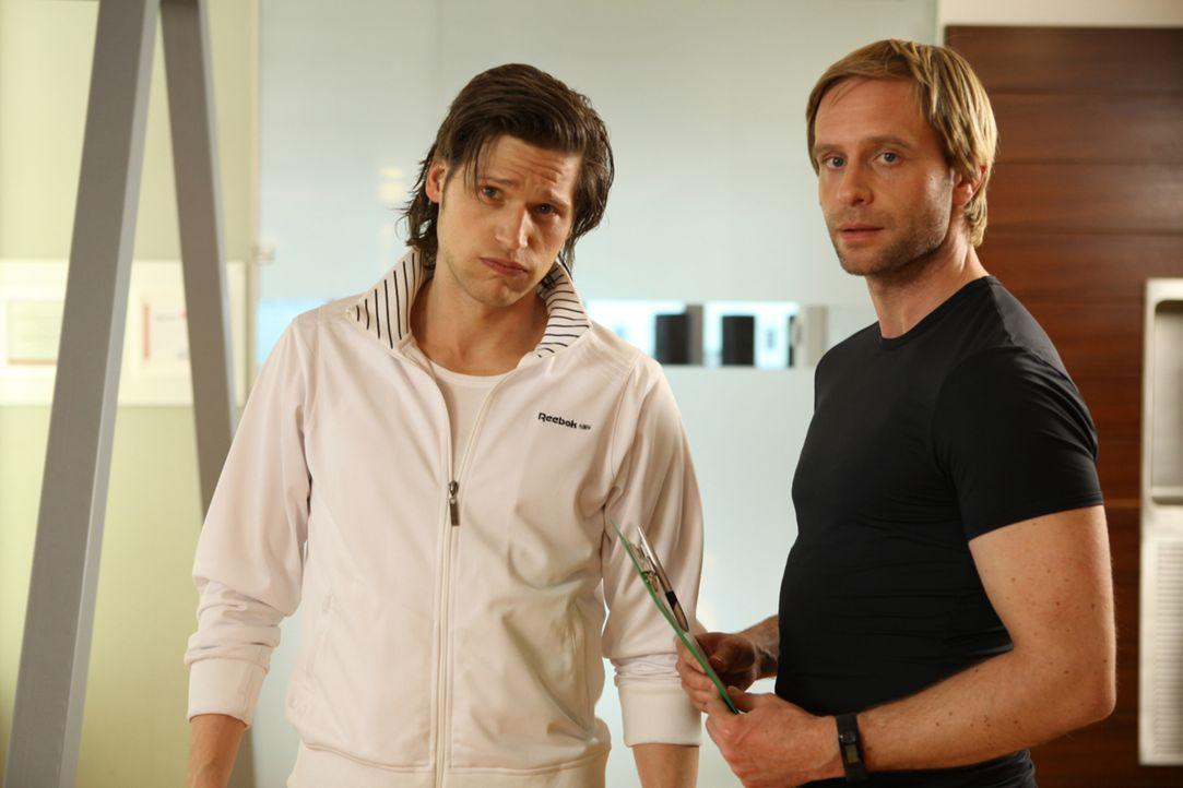 Noch läuft Nicks (Sebastian Ströbel, l.) und Denis' (Julian Weigend, r.) Fitnessstudio hervorragend. Doch dann nimmt Fitnessguru Nick 80 Kilo über N... - Bildquelle: Petro Domenigg SAT.1