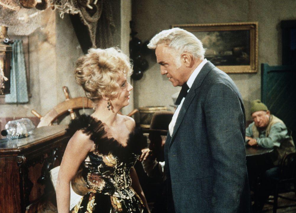 Ben (Lorne Greene, r.) trifft in San Francisco zufällig Rita Marlowe (Ruta Lee, l.), die Witwe eines befreundeten Anwalts. Seit ihr Mann und Kinder... - Bildquelle: Paramount Pictures