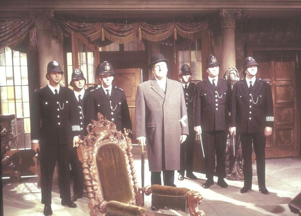 Der vertrottelte Sir John (Siegfried Schürenberg, M.) von Scotland Yard und seine Einsatztruppe eilen der verzweifelten Erbin Jane Wilson auf Blackw... - Bildquelle: Constantin Film