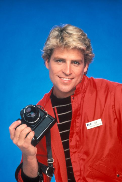 """(5. Staffel) - Schiffsfotograf Ashley """"Ace"""" Covington Evans (Ted McGinley) kommt bei den Damen an Bord sehr gut an ... - Bildquelle: CBS Studios Inc. All Rights Reserved."""