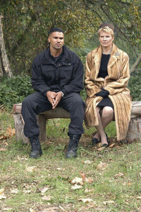 Derek (Shemar Moore, l.) fragt Mary Mays (Lindsay Crouse, r.) über ihren Sohn aus, der möglicher Weise die bestialischen Morde begangen hat ... - Bildquelle: 2005 CBS BROADCASTING INC. All Rights Reserved.