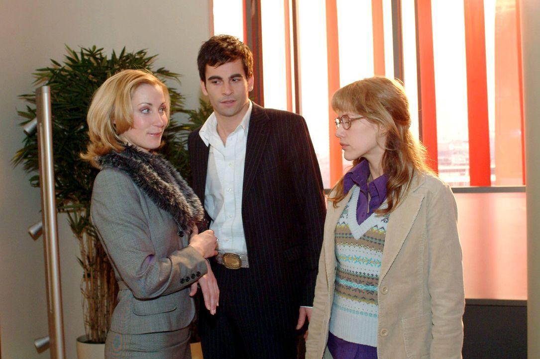Lisa (Alexandra Neldel, r.) ist vor den Kopf geschlagen: David (Mathis Künzler, M.) beschäftigt sich lieber mit Modejournalistin Monique (Astrid Pos... - Bildquelle: Monika Schürle Sat.1