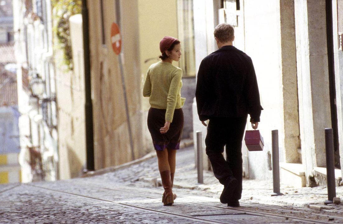 Ben Voss (Matthias Koeberlin, r.) ist seinem Vater heimlich nach Lissabon gefolgt, um dessen Doppelleben aufzudecken. Dort verliebt er sich in Storm... - Bildquelle: Susanne Michl Sat.1