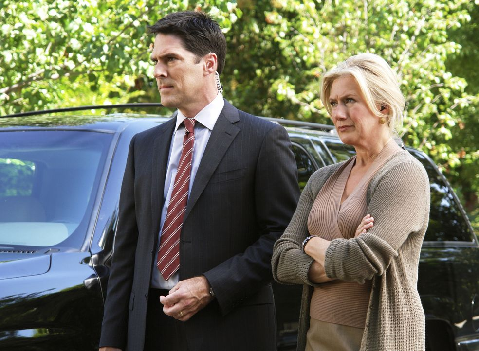 Das Team muss ohne Hotch (Thomas Gibson, l.) und Prentiss und Gideon nach Milwaukee. Hotch hat bei Strauss (Jayne Atkinson, r.) um die Versetzung ge... - Bildquelle: Richard Cartwright 2007 ABC Studios. All rights reserved. NO ARCHIVE. NO RESALE. / Richard Cartwright