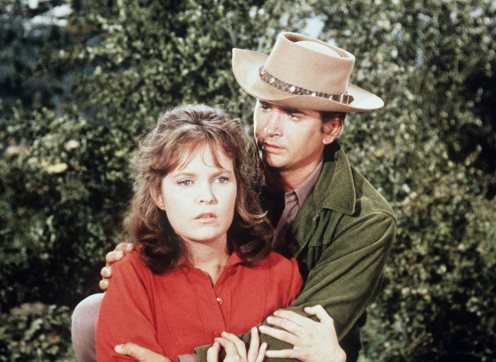 Bei einem Jagdausflug verletzt eine irregeleitete Kugel aus Little Joes (Michael Landon, r.) Gewehr die junge Tessa Caldwell (Marlyn Mason, l.) so,... - Bildquelle: Paramount Pictures