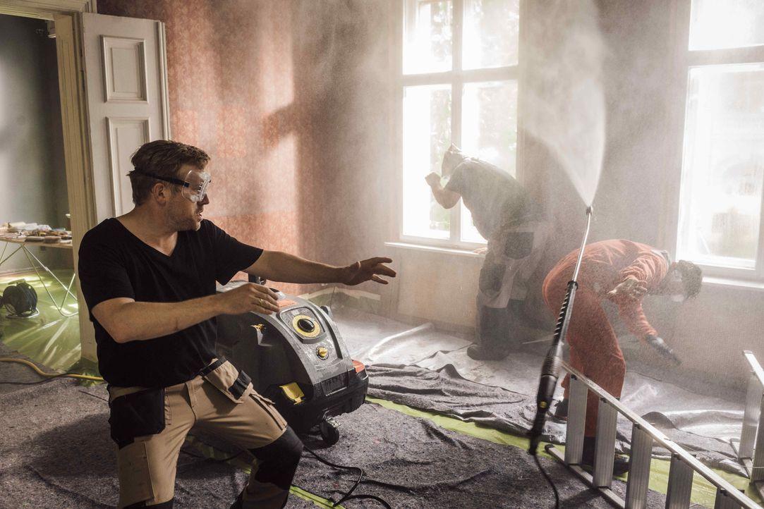 Noch ahnen Kai (Sebastian Bezzel, l.) und seine beiden Kumpels Pedro (Manuel Cortez, r.) und Ulf (Heiko Pinkowski, M.) nicht, dass das alte Haus nic... - Bildquelle: Gordon Mühle SAT.1 / Gordon Mühle