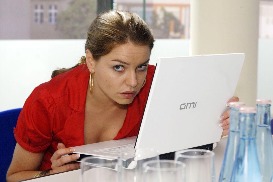 Katja (Karolina Lodyga) gerät in die Bredouille, als Anna ihr die Ideenzulieferung verweigert. - Bildquelle: Oliver Ziebe Sat.1