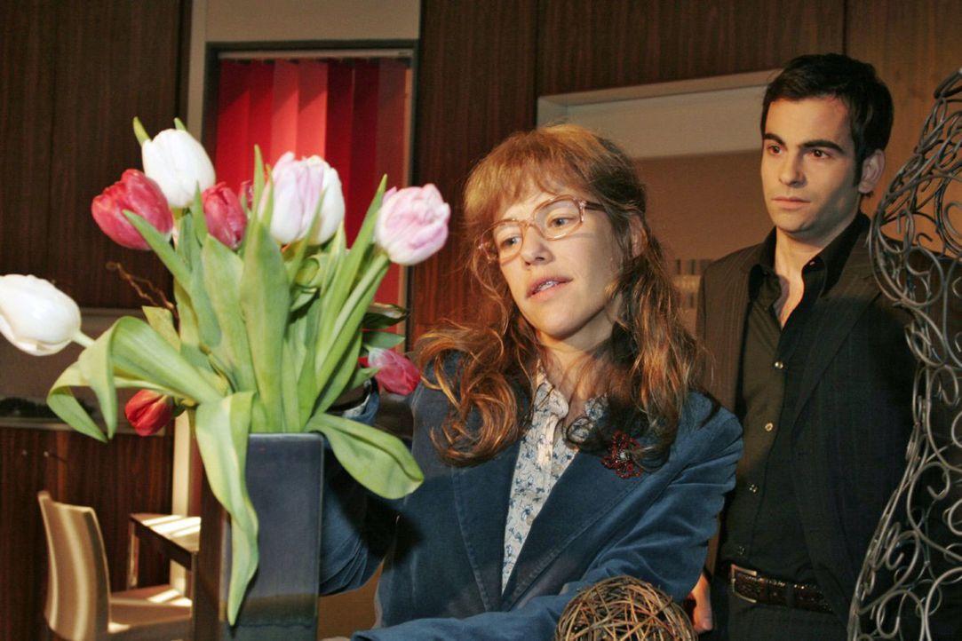 David (Mathis Künzler, r.) muss schlucken, als Lisa (Alexandra Neldel, l.) davon erzählt, dass sie mit Rokko, Hugo und einer Flasche Sekt die gute Z... - Bildquelle: Noreen Flynn Sat.1