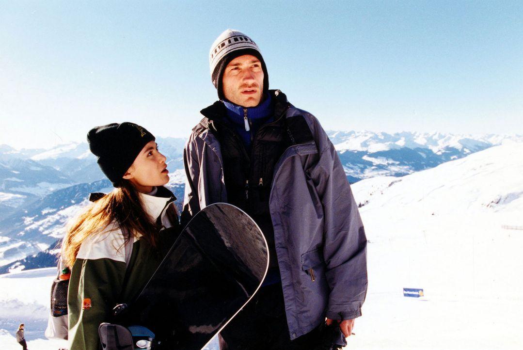 Saskia (Idil Üner, l.) ist verwirrt, dass Flo Capeder (Benjamin Sadler, r.) keinerlei Interesse an dem Toten, den sie in der Gletscherspalte gefunde... - Bildquelle: Sat.1