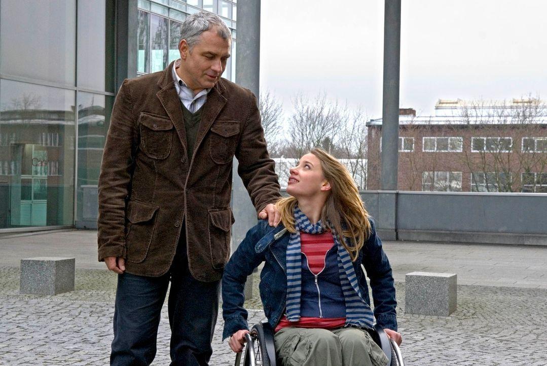 Seiner Tochter Franka (Jytte-Merle Böhrnsen, r.), die seit einem Unfall im Rollstuhl sitzt, gilt Pauls (Hansa Czypionka, l.) ganze Aufmerksamkeit. - Bildquelle: Christoph Assmann Sat.1
