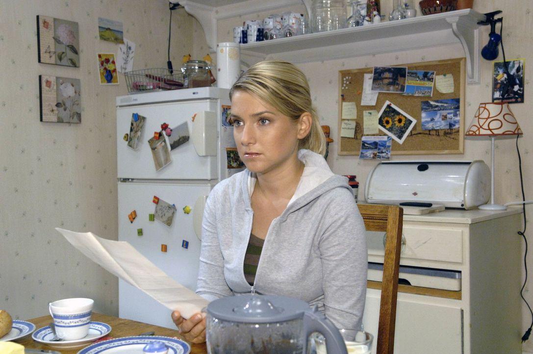 Anna (Jeanette Biedermann) ist starr vor Schreck, als sie den Brief von Ingo in den Händen hält ... - Bildquelle: Claudius Pflug Sat.1