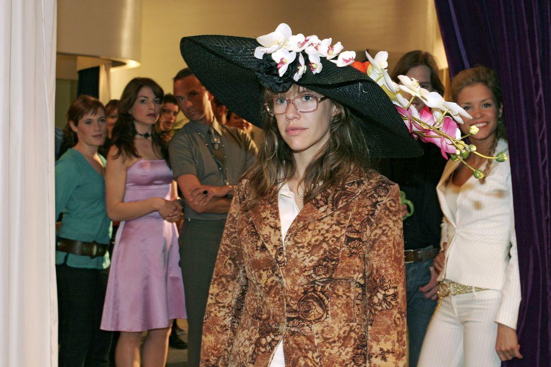 Lisa (Alexandra Neldel, M.) glaubte allein zu sein, als sie heimlich Mariellas Hut aufprobiert. Dank Sabrinas (Nina-Friederike Gnädig, r.) Gehässigk... - Bildquelle: Monika Schürle Sat.1