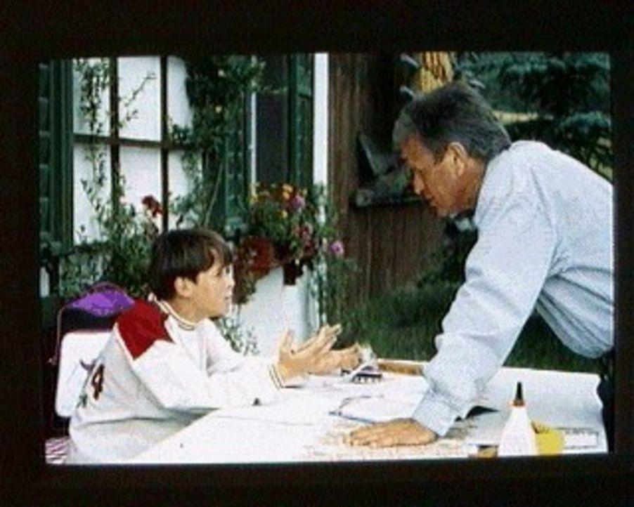 Maxl (Manuel Guggenberger, l.) teilt seine Sorgen mit seinem Vater Dr. Burgner (Gerhart Lippert, r.). Sein Freund Michi hat Leukämie ... - Bildquelle: Ewald Wenck SAT.1