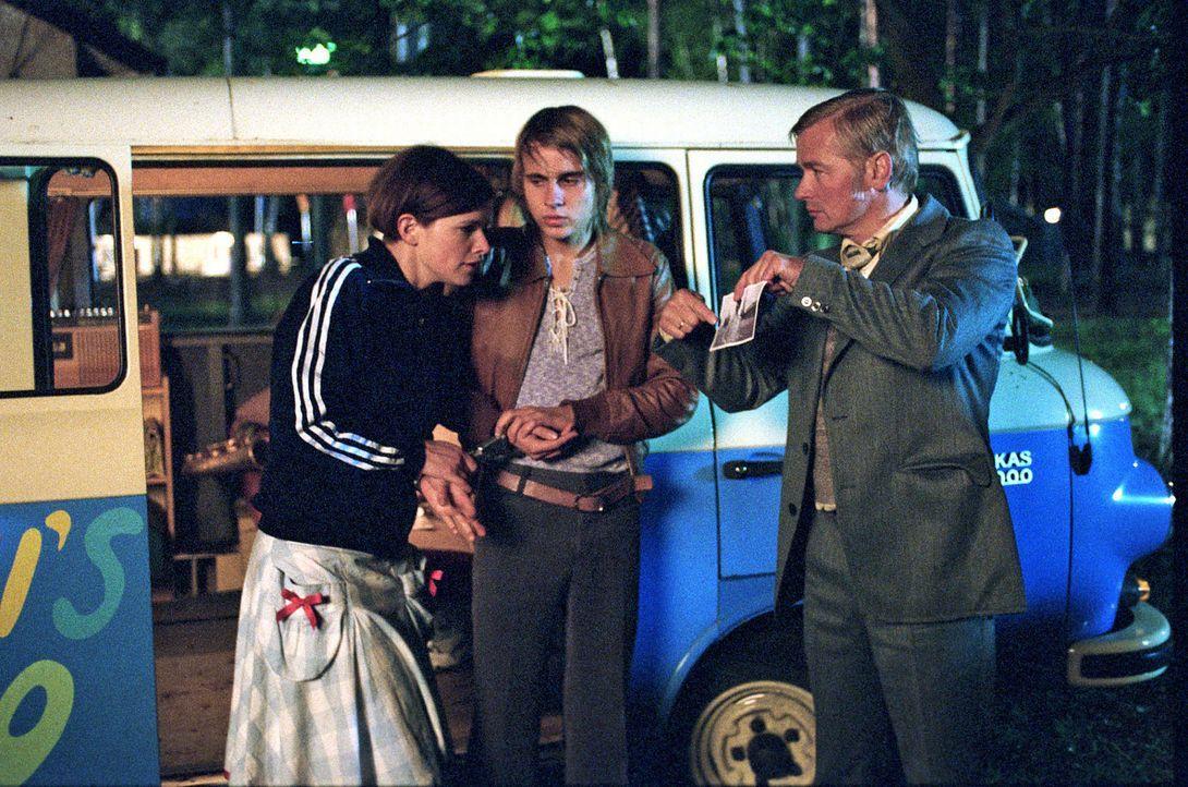 Als Jenny (Mira Bartuschek, l.) und Frank (Constantin von Jascheroff, M.) in die Fänge der Stasi (Horst Kotterba, r.) geraten, scheint alles aus und... - Bildquelle: Aki Pfeiffer Sat.1