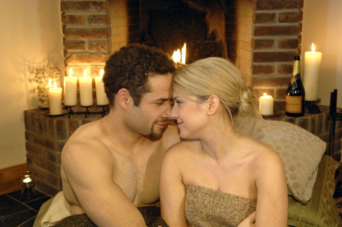 Anna (Jeanette Biedermann, r.) und Jannick (Mike Adler, l.) genießen die Zweisamkeit. - Bildquelle: Claudius Pflug Sat.1