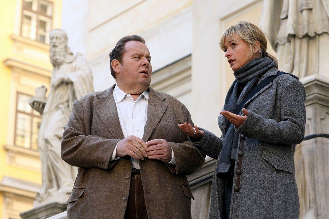 Benno (Ottfried Fischer, l.) und Nadine (Katharina Abt, r.) rätseln, was die Opfer miteinander verbinden könnte ... - Bildquelle: Petro Domenigg Sat.1