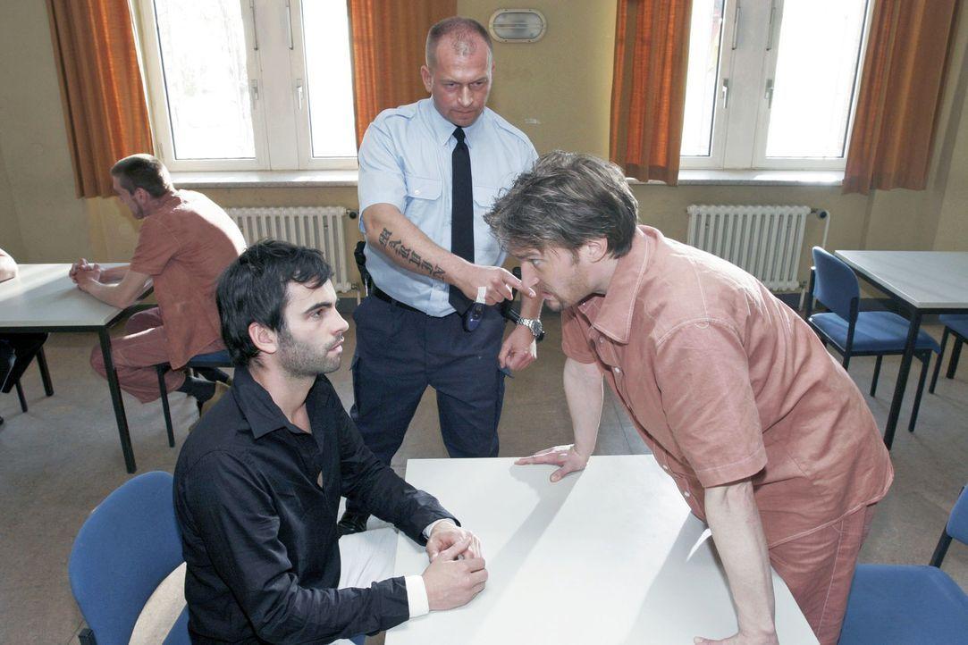 David (Mathis Künzler, l.) sucht die Täter-Opfer-Konfrontation - und besucht Richard (Karim Köster, r.) im Gefängnis. - Bildquelle: Noreen Flynn Sat.1