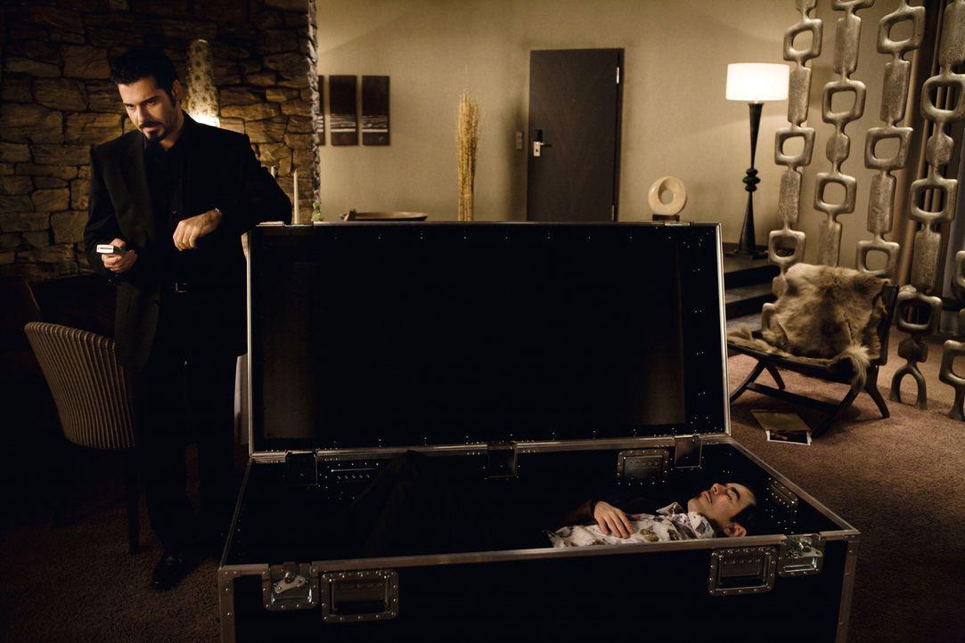 """Eigentlich ist Toni Ricardelli (Rick Kavanian, l.) mit seinem Beruf als Profikiller ganz zufrieden: """"Gute Bezahlung, flexible Arbeitszeiten, und man... - Bildquelle: Warner Brothers"""