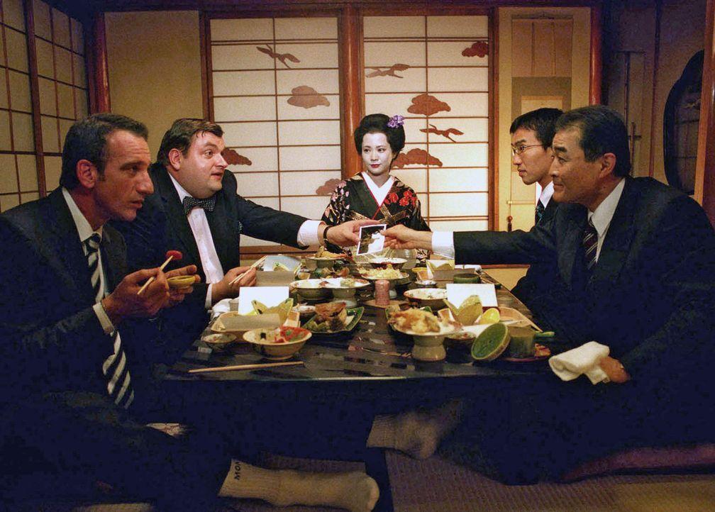 Uli (Christoph Hagen Dittmann, 2.v.l.) und Paul (Heio von Stetten, l.) sind beide zu einem Essen mit Sumoto-Chef Tanaka (Osamu Shigematsu, r.) einge... - Bildquelle: Marco Nagel Sat.1