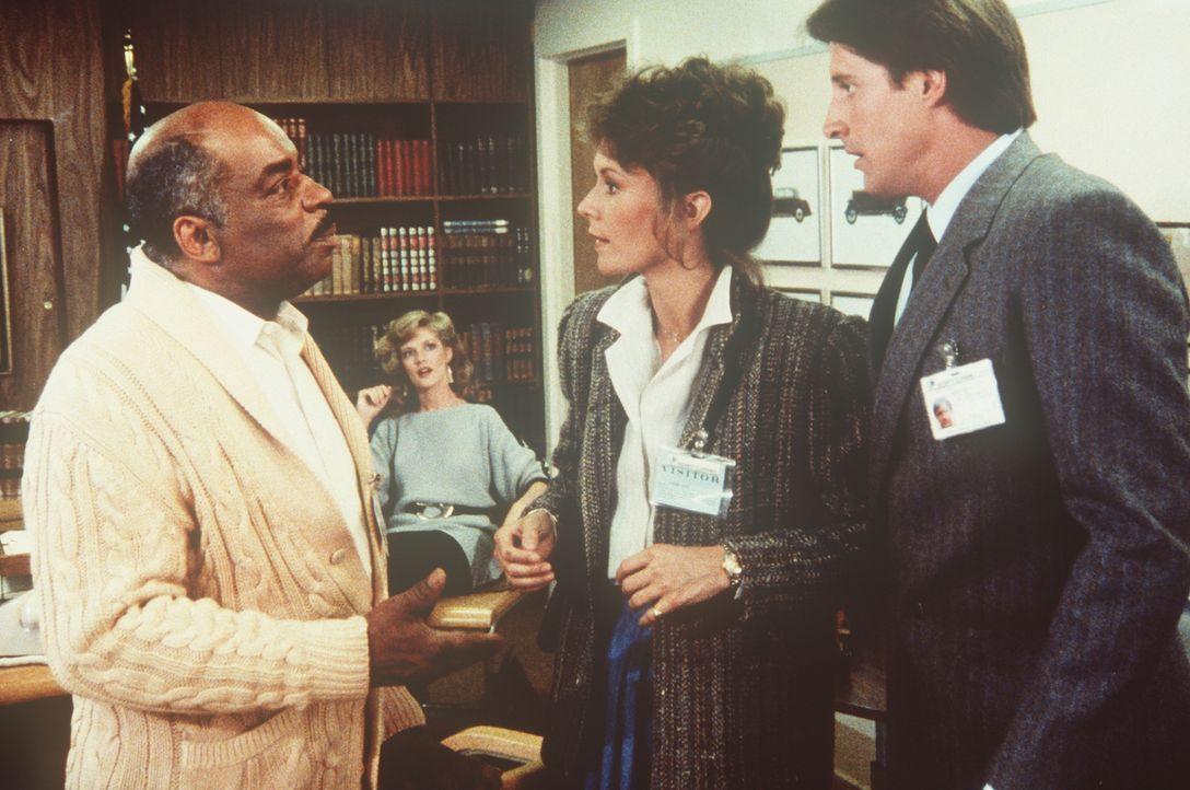 In der Zentrale des Geheimdienstes: (v.l.n.r.) Billy (Mel Stewart, l.) und Francine (Martha Smith) machen Amanda (Kate Jackson) und Lee (Bruce Boxle... - Bildquelle: CBS Television
