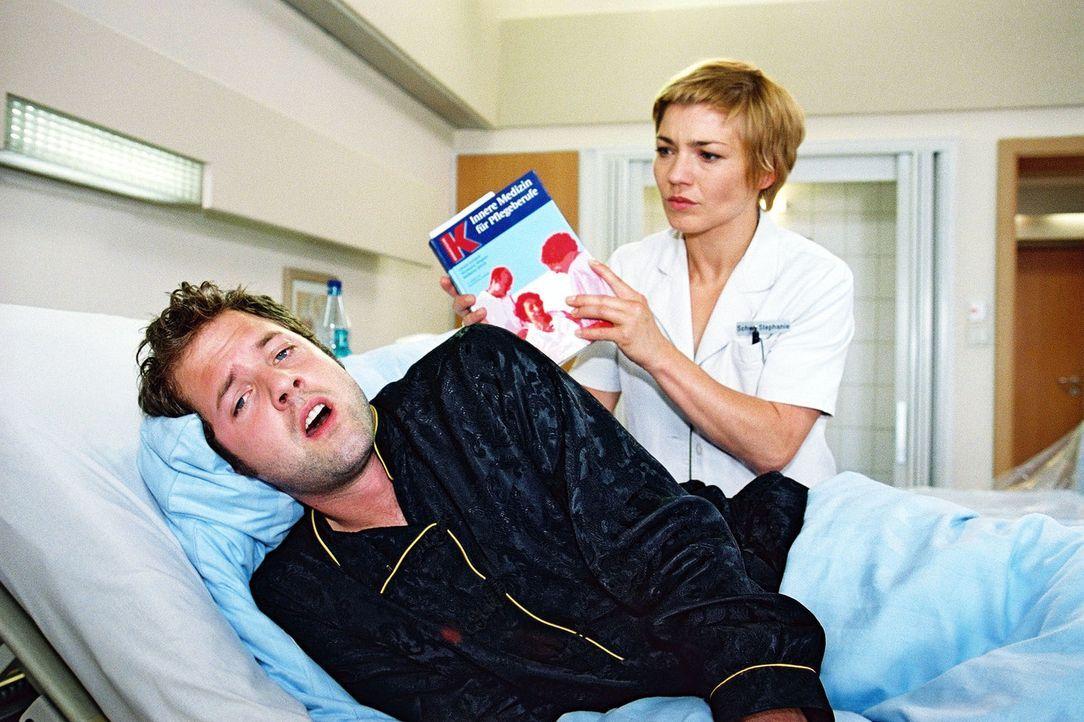 Stephanie (Claudia Schmutzler, r.) kommt Paulus Brunkhorst (Nils Julius, l.) auf die Schliche ... - Bildquelle: Monika Schürle Sat.1