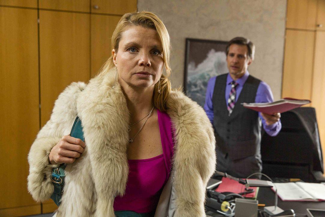 Danni (Annette Frier, l.) wird von August (René Steinke, r.) gebeten, ihm in einem Mordfall zu helfen. Der Verdächtige ist Anton Rotheut, der Pit, i... - Bildquelle: Frank Dicks SAT.1