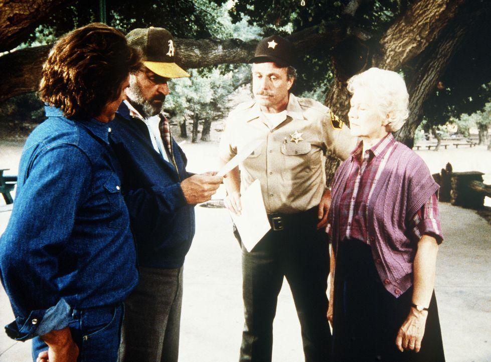 Jonathan (Michael Landon, l.) und Mark (Victor French, 2.v.l.) erfahren vom Sheriff, dass Harvey und Larry vermisst werden - und auch der mysteriöse... - Bildquelle: Worldvision Enterprises, Inc.