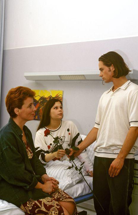 Marc (Matthias Schloo, r.) hat endlich den Mut gefasst und besucht seine Freundin Julia (Christina Drechsler, M.) im Krankenhaus. Ihre Mutter (Peggy... - Bildquelle: Peter Krajewsky Sat.1