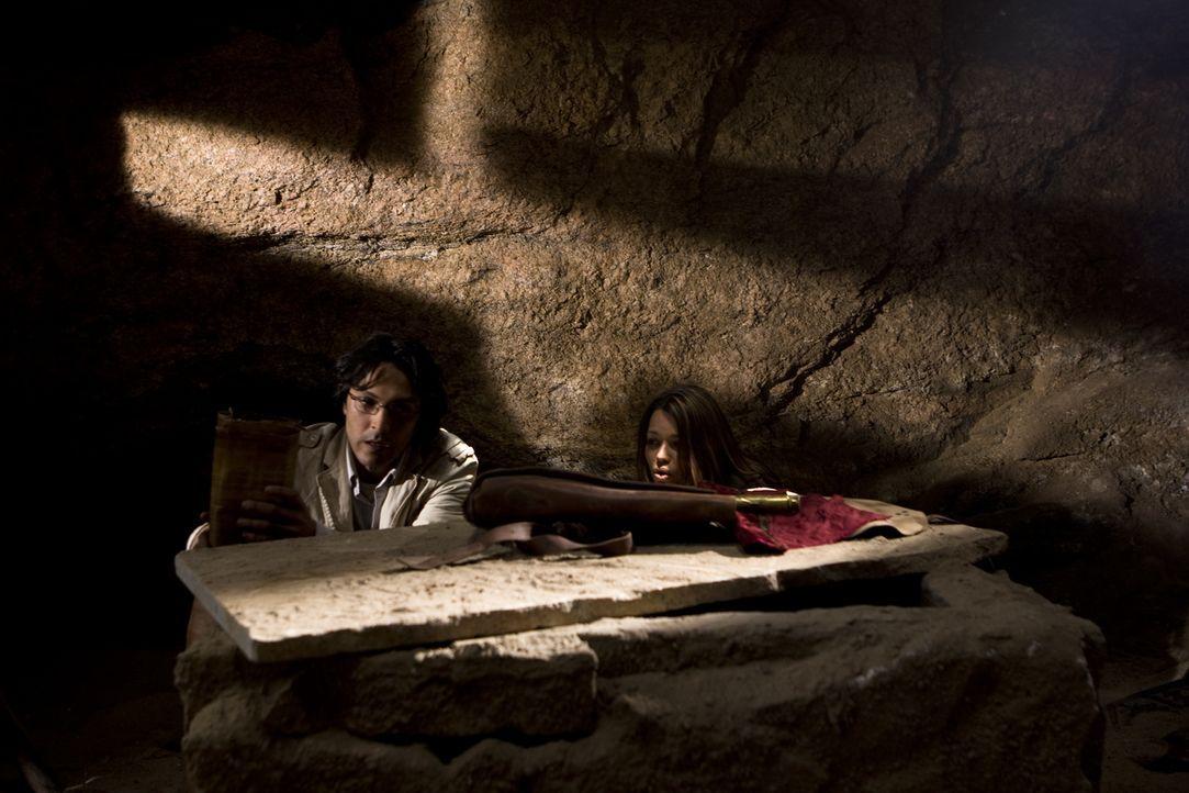 Als Johanna (Cosma Shiva Hagen, r.) und Simon (Olivier Sitruk, l.). das Grab der letzten Seherin entdecken, finden sie weitere Hinweise auf den Verb... - Bildquelle: Olaf R. Benold ProSieben