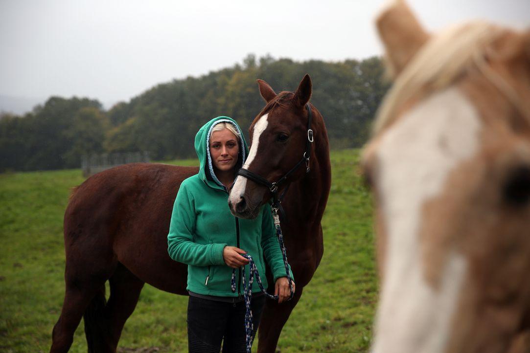Mit zum Team gehört auch Tanja Fielenbach, seit mittlerweile 13 Jahren ist sie schon auf Gut Herrenhöhe. Hier hat sie auch ihre Ausbildung zur Tierm... - Bildquelle: BluePrint Media GmbH 2017