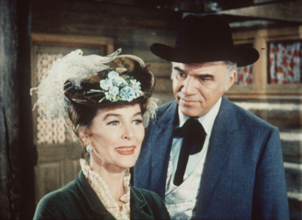 Voller Freude heißt Ben Cartwright (Lorne Greene, r.) seine Jugendliebe, die englische Gräfin Chadwick (Margaret Hayes, l.), auf der Ponderosa willk... - Bildquelle: Paramount Pictures