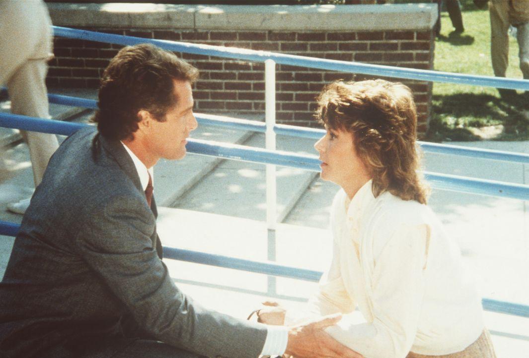Amanda (Kate Jackson, r.) beschattet den Kunstrestaurator Alan Chamberlain (Ben Murphy, l.) aus nächster Nähe ....