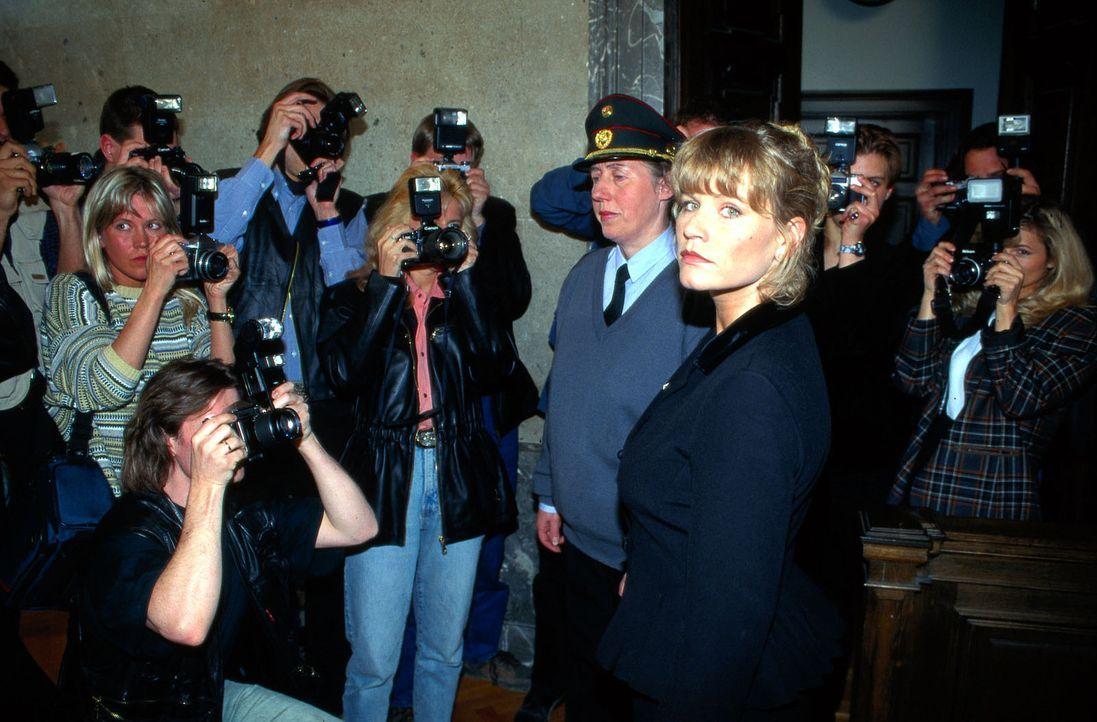 Diana Markus (Anne Kasprik, r.) wird wegen Anstiftung zum Mord an ihrem Freund zu zehn Jahren Haft verurteilt. Nach der Urteilsverkündung stürzt sic... - Bildquelle: Ali Schafler Sat.1