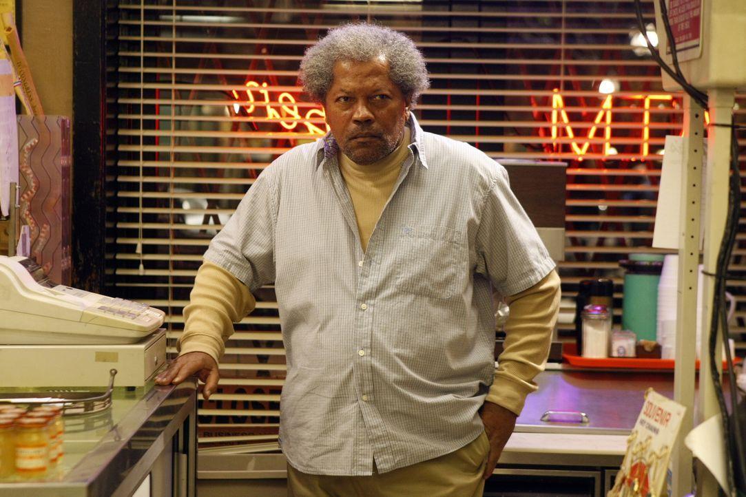 """In seinem Laden hat Henry """"Pops"""" Walters (Clerence Williams III) mit einem Kunden zu kämpfen, dem er partout keinen Alkohol mehr verkaufen möchte ..... - Bildquelle: Warner Bros. Television"""