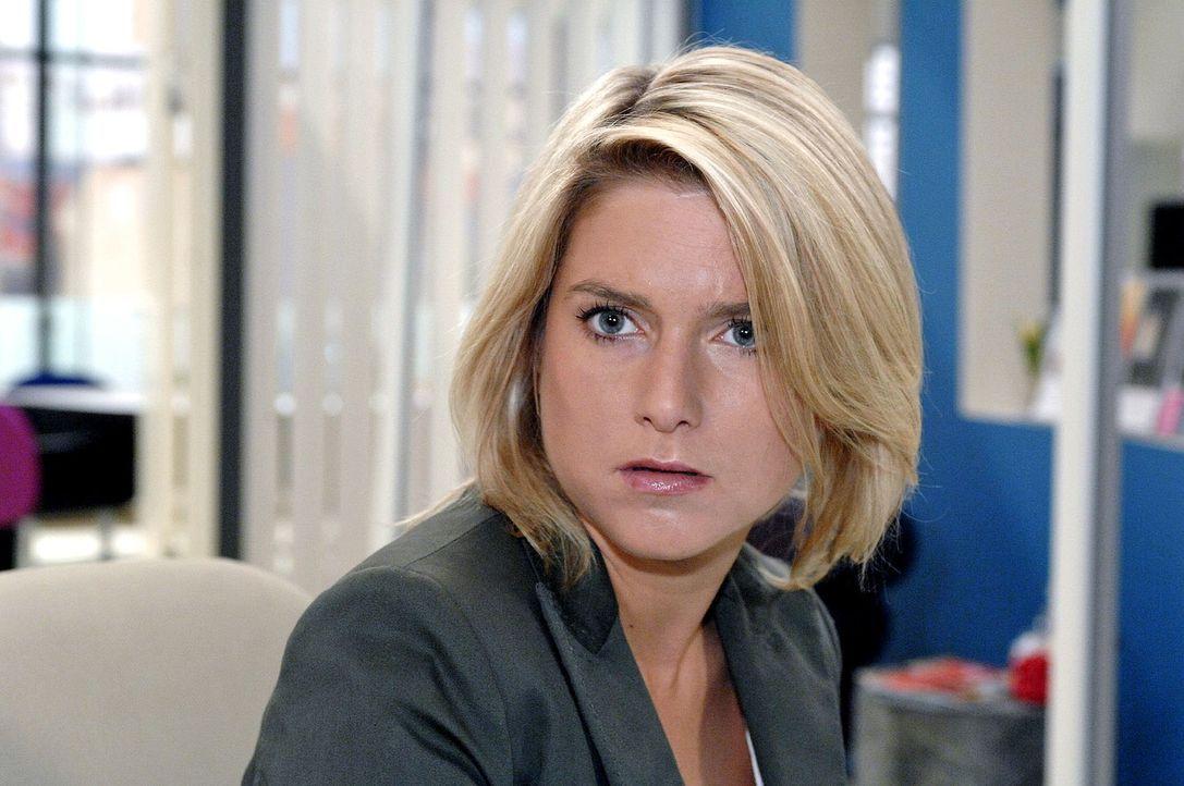 Anna (Jeanette Biedermann) glaubt sich verhört zu haben, als Gerrit ihr vorschlägt - nachdem er hinter ihr geheimes Kommunikationssystem mit ihrer S... - Bildquelle: Oliver Ziebe Sat.1