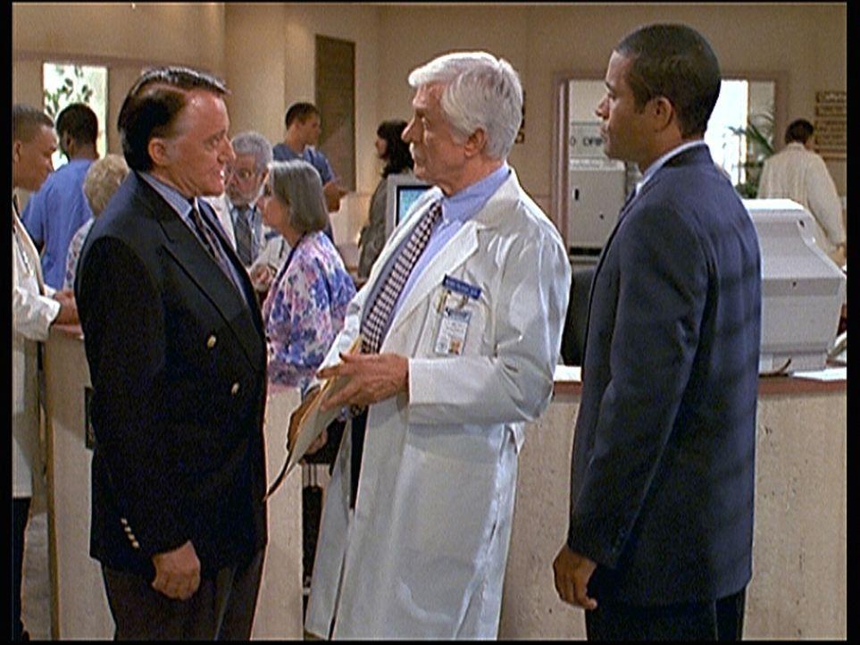 Der Topagent Drake (Robert Vaughn, l.) und sein Assistent Kesler (Phil Morris, r.) wollen von Mark Sloan (Dick Van Dyke, M.) wissen, wo Jesse und se... - Bildquelle: Viacom